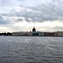 St. Petersburg | Stadtrundfahrt | Schnappschuss durch's Busfenster | Blick «entlang» der Newa | Mittig die St. Isaaks-Kathedrale