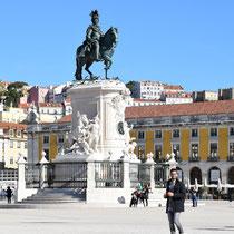 Praça do Comércio: Die Reiterstatue auf der Mitte des Platzes stellt José I. dar, entworfen von Joaquim Machado de Castro.