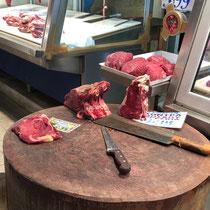 «Central Market», Athens berühmter Fleisch- und Fischmarkt:  Fleischzubereitung auf «offener Strasse».