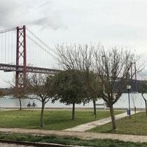 Die Ponte 25 de Abril ist ein 3,2 Kilometer langer Brückenzug in Portugal mit einer 2278 Meter langen Hängebrücke über den Tejo. Sie ist weltweit die drittlängste Hängebrücke mit kombiniertem Straßen- und Eisenbahnverkehr.