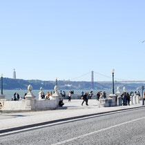 Avenida 24 de Julho, Statue von Cristo Rey (Hintergrund): 109 m hoch, von Salazar als Danksagung für die fehlende Einbeziehung von Portugal 2. Weltkrieg im Auftrag gegeben.