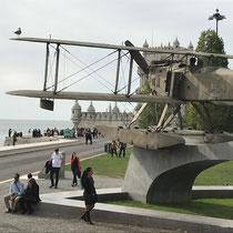 Denkmal für Carlos Viegas Gago Coutinho (* 17. 2. 1869; † 18. 2.1959 in Lissabon) war ein Offizier der Kriegsflotte, Seefahrer und Historiker. Als größtes Verdienst wird ihm die Überquerung der Südatlantikroute mit dem Flugzeug angerechnet.