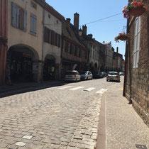 Louhans: Die von 157 Arkaden (einzigartig in Frankreich) umsäumte und 400 m lange »Grande Rue« mit ihren Häuserfassaden aus dem 15. Jahrhundert.