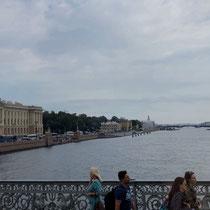 St. Petersburg | Stadtrundfahrt | Schnappschuss durch's Busfenster | Blick über die Newa | Links Teil der «Admiralität»