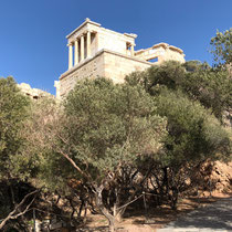 «Tempel der Athena Nike», auch kurz Niketempel oder Tempel der Nike Apteros genannt, auf einer kleinen Bastion südwestlich der Propyläen der Akropolis.