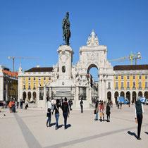Praça do Comércio: Der Arco da Rua Augusta stellt den Eingang zur Baixa Pombalina, der nach 1755 neu gebauten Innenstadt Lissabons, dar