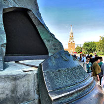 Moskau | Kreml | Iwanowskaja-Platz | «Zaren-Glocke» | 1733-1735 Gegossen von Iwan & Michail Motorin | Als die Glocke erstmals an die Erdoberfläche gehoben wurde, brach ein rund 11.500 kg schweres Stück aus der Glocke heraus.