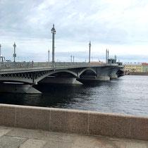 St. Petersburg | Stadtrundfahrt | Schnappschuss durch's Busfenster | Brücke über die Newa