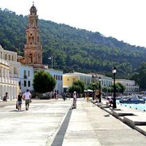 2013 | Rhodos | Symi | Panormitis | 2013 | Rhodos | Symi | Kloster Panormitis | Mit all seinen Nebengebäuden wirkt es wie der Ausschnitt einer richtigen Stadt; denn das Kloster ist von mehrgeschossigen Gästetrakten umgeben. |