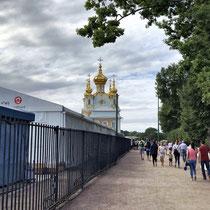 St. Petersburg | Peterhof | Schauseite | Westlicher Pavillon | Leider auch hier - wie vielerorts - Attraktivität durch Bauarbeiten eingeschränkt.
