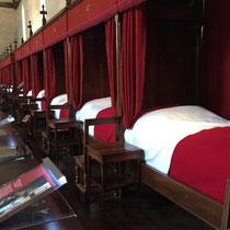 Beaune, Hospices de Beaune, Musée de l'Hôtel-Dieu: Das Krankenlager im Saal der Armen.