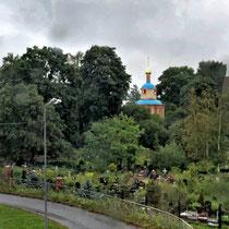 Puschkin | Katharinenpalast | Wegfahrt | Blick aus dem Bus auf einen lokalen Friedhof nahe des Palastes