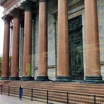 St. Petersburg | Stadtrundfahrt | Schnappschuss durch's Busfenster | Gewaltige Säulen an den Palästen sind hier an der «Tagesordnung»