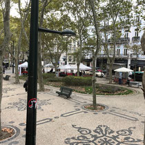 Avenida da Liberdade:  Eine am Vorbild der Pariser Avenue des Champs-Élysées orientierte Prachtstraße in Lissabon. Sie beginnt am Praça dos Restauradores und verbindet die nach dem Erdbeben von 1755 angelegte Unterstadt mit den höher gelegenen Quartieren.