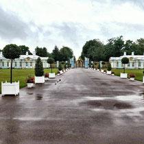 Puschkin | Katharinenpalast | «Bediensteten-Gemächer» | Prachtvolles Tor auf dessen Säulen sich die Farben des Palastes wieder finden | Ein Meisterwerk russischer Kunstschmiede.