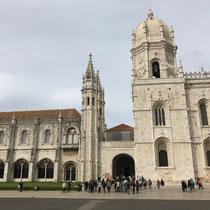 Hieronymus Kloster: Wie die Torre de Belém ein jahrhunderte altes Bauwerk aus der imperialen Glanzzeit. Im Mosteiro dos Jerónimos  befinden sich die Königsgräber und die Sarkophage Luís Vaz de Camões und Vasco da Gama's.