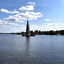 Uglitscher Stausee | Nur noch der geflutete Glockenturm der Nikolaikirche (18. Jh.) von Kaljasin ragt aus dem Wasser.