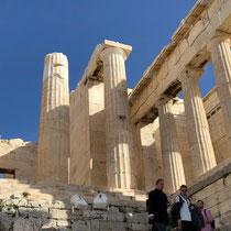 Die Propyläen bilden den monumentalen und repräsentativen Torbau zum heiligen Bezirk der Akropolis. Sie wurden zwischen 437 und 432 v. Chr. errichtet.