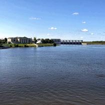 Uglitsch | Weiterfahrt nach Moskau | Verklärungs-Kathedrale, links | Gazprom-*****Hotel, rechts