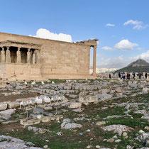 «Erechtheion»: Ein Tempel im ionischen Baustil, der etwa zwischen 420 und 406 v. Chr. erbaut wurde. Der Lykabettus im Hintergrund.