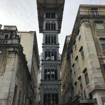 Der Elevador de Santa Justa verbindet im Stadtzentrum von Lissabon den Stadtteil Baixa mit dem höhergelegenen Stadtteil Chiado.