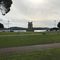 Torre von Belém: An der Mündung des Tejo, im Stadtteil Belém. 35 m hoch, gut 500 Jahre alt. Er wurde von König Manuel I errichtet, um den von Vasco da Gama geöffneten Weg nach Indien zu feiern und den nahegelegenen Hafen von Restelo zu verteidigen.