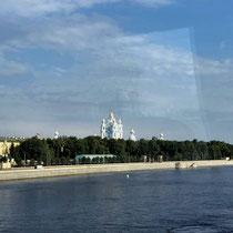 St. Petersburg | Stadtrundfahrt | Blick über die Newa mit der Smolny-Kathedrale im Hintergrund