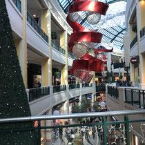 «Früh-Weihnachten» im Centro Colombo, einem Einkaufszentrum in der Lissaboner Stadtgemeinde Carnide. Es wurde unmittelbar am Stadtring Segunda Circular errichtet und am 15. September 1997 eröffnet.