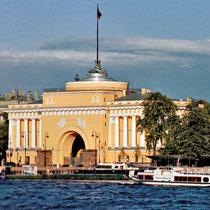 *St. Petersburg | Stadtrundfahrt | Blick über die Newa auf die Admiralität mit der dominanten Toreinfahrt