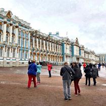 Puschkin | Katharinenpalast | Der Dichter Andrej Belyj beschrieb den Katharinenpalast als «Azurne Mauern in einem Schwarm weisser Säulen»