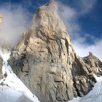 Le Grand Capucin et des grimpeurs dans l'approche.