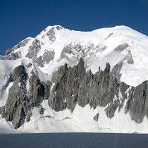 L'arête de la Brenva, au fond de la combe du Maudit. Le Mont-Blanc en arrière-plan.