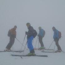 Mark, Antoine, Flo et John au sommet 2003 m, dans le brouillard