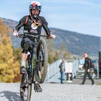 """Lukas Pöstlberger übt den """"Wheelie"""" (Copyright: Expa Pictures)"""