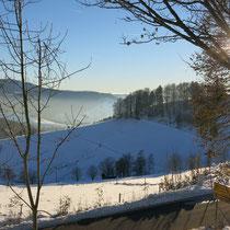 Bei Talnebel hinauf zu einer schönen Winterlandschaft, nur 20 km entfernt.