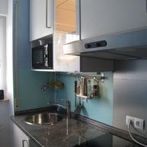 Küche mit Induktionskochfeld und hochwertigem Backofen