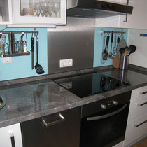 Einbauküche mit Spülmaschine, Herd, Kühlschank und vielen Kochaccessoires