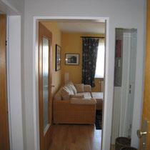 Flur mit den drei Eingängen, Küche, Bad, Wohnzimmer