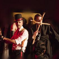 Show: Die Pfählung eines Vampirs: FEXA & HEYEN als: die Vampirjäger - Foto - Lex