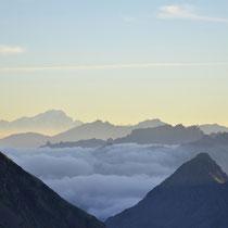 En montant au refuge, on peut distinguer la silhouette du massif du Mont Blanc.