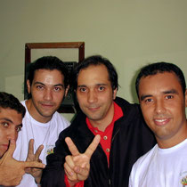 A direita, Gerson Avillez ao lado de Bruno Gouveia, vocalista do grupo Biquini Cavadão.