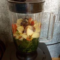 Zuerst kommen frisches und biologisches Grün, Obst und Kräuter in den Blender...