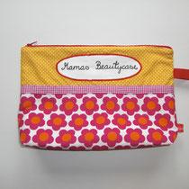 10 Kulturtasche (außen Baumwolle, innen Baumwolle oder Wachstuch. ca. 25X20cm, Boden ca 9 cm, Reißverschluss, Innentasche und Hängerli) 18,00 Euro