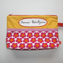 19 Kulturtasche (außen Baumwolle, innen Baumwolle oder Wachstuch. ca. 25X20cm, Boden ca 9 cm, Reißverschluss, Innentasche und Hängerli) 18,00 Euro