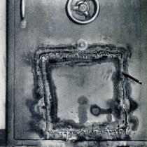 Deutliche Spuren hinterließen 1929 Bankräuber an der Tür des Tresorraums.