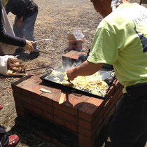 昼食はお日様の下でBBQ!焼きそばコーナーは塾長の仕切りです!