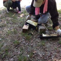 太い竹筒を鉈で割ってご飯を取り出します。ほくほく〜〜!