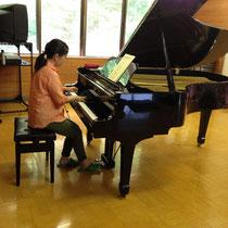続いては奥様のピアノ演奏。プロ級の腕前に一同うっとり。大迫力です。