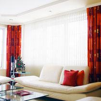 Kräftige Farbakzente und edle Stuckprofile verleihen diesem Wohnzimmer eine persönliche Note.