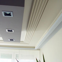 LED-Einbaustrahler, indirekte Beleuchtung, moderner Stuck und angenehme Raumfarben dominieren dieses Raumkonzept.